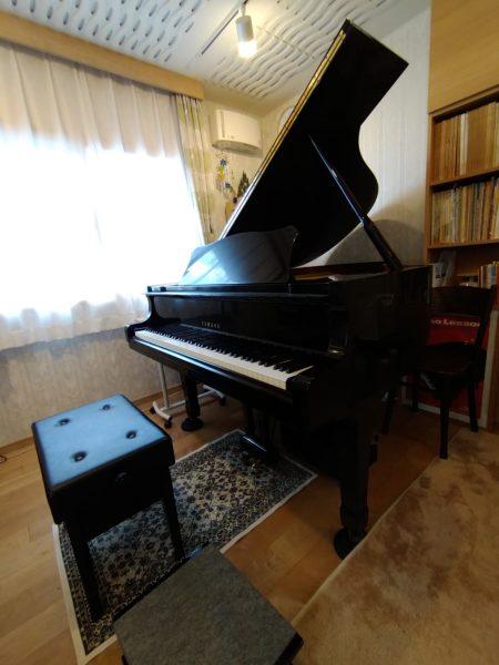 レッスン室ピアノ